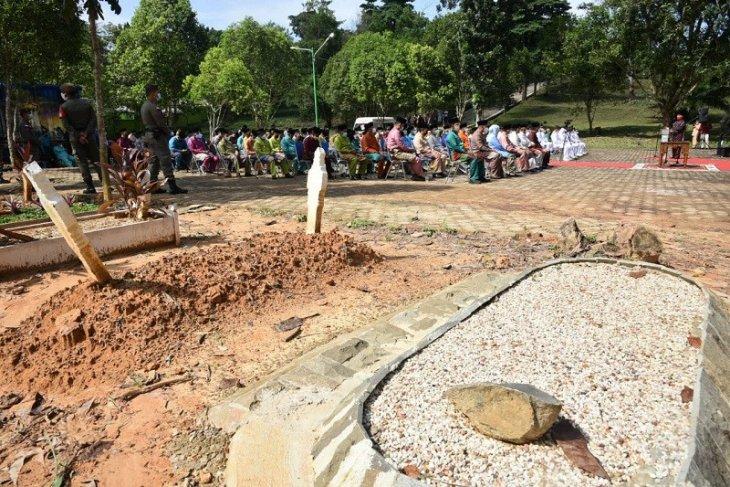 Wali Kota Jambi lantik ratusan pejabat di pemakaman pasien COVID-19