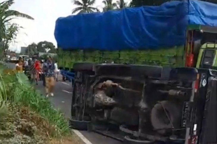 2  truk tabrakan, bikin mobil pick up terguling saat menghindar