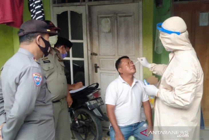 Satgas COVID-19 Bekasi datangi rumah pemudik lakukan tes usap antigen