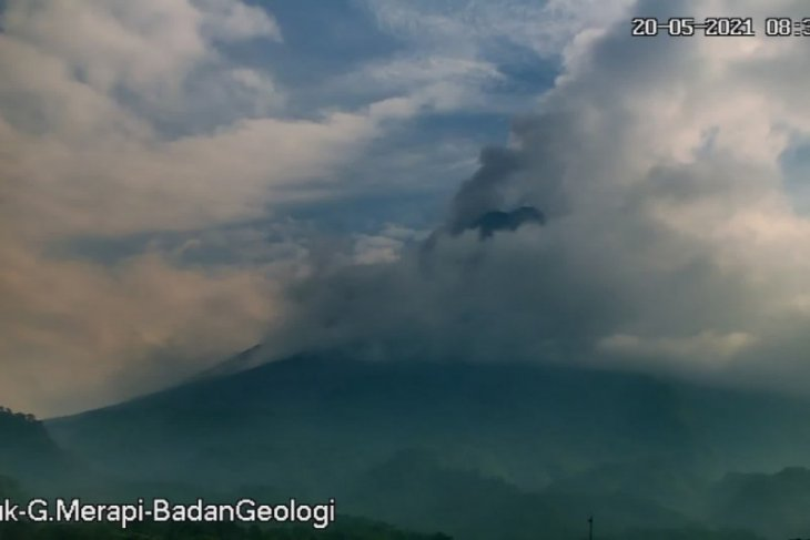 Mount Merapi erupts with hot clouds dispersing over 1.8 kilometers