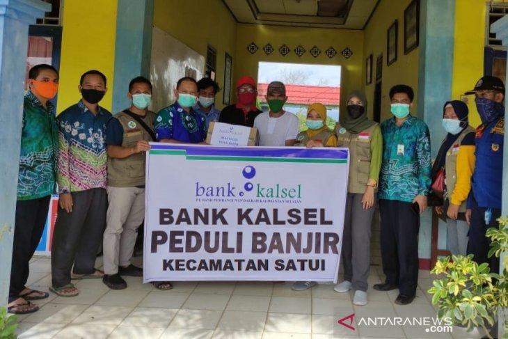 Bank Kalsel salurkan bantuan korban banjir di Satui