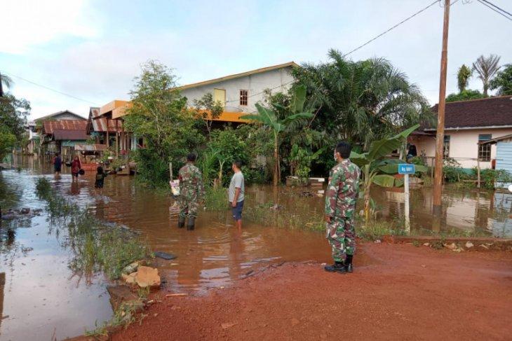 Kalis Kapuas Hulu dilanda banjir akses jalan terendam