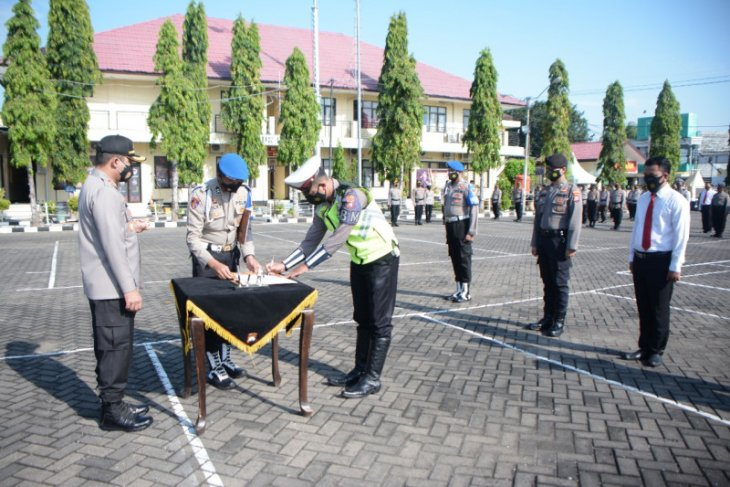 Anggota Polres Situbondo tanda tangani pakta integritas komitmen antinarkoba