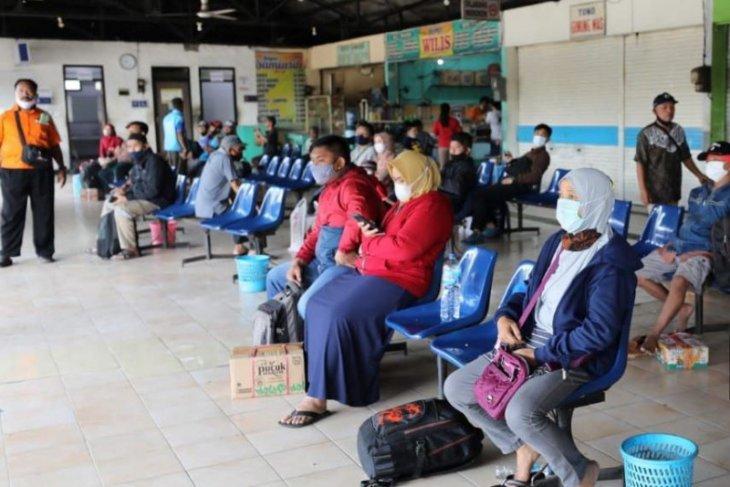 Sejumlah bus di Terminal Purbaya Kota Madiun kembali beroperasi di masa pengetatan