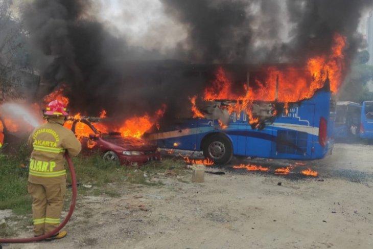 Bus dan dua sedan ludes terbakar