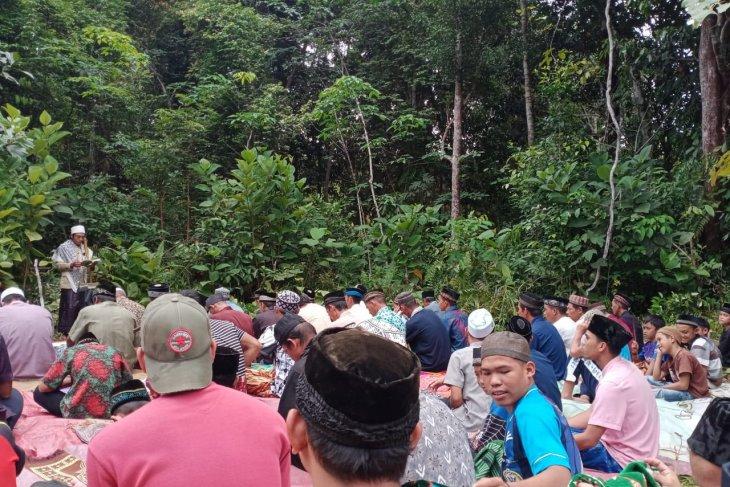 Korban banjir di Semerantau Kapuas Hulu Sholat Jumat di lapangan terbuka