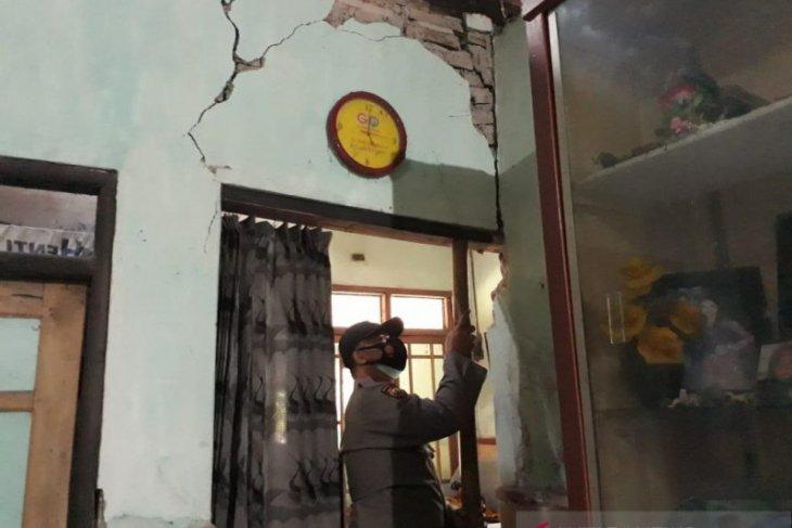 Warga  korban gempa bumi di Blitar belum terima bantuan