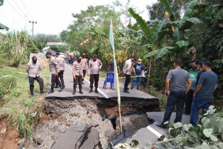 Jalan penghubung Kabupaten OKU-OI Sumsel putus akibat longsor