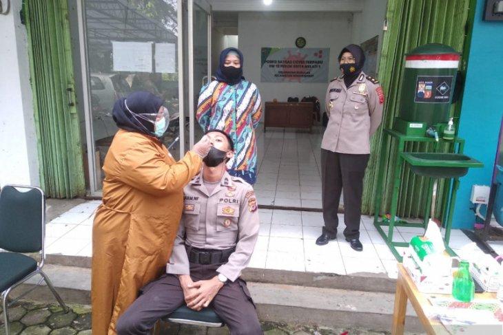 Petugas posko di Perumahan Griya Melati Kota Bogor dites usap antigen