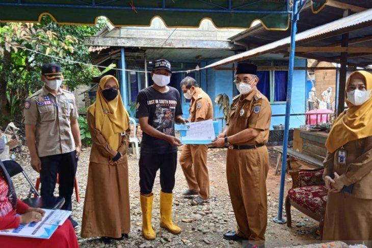 Bupati HSS serahkan bantuan untuk korban kebakaran di Telaga Bidadari