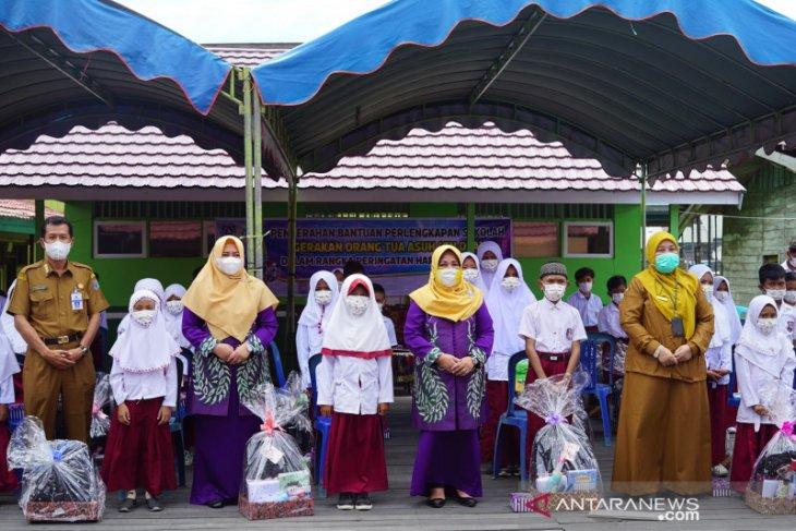 GNOTA HSS serahkan 53 paket bantuan pendidikan di Daha Barat