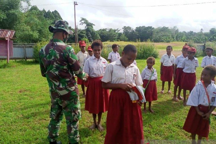 Satgas TNI bagikan buku