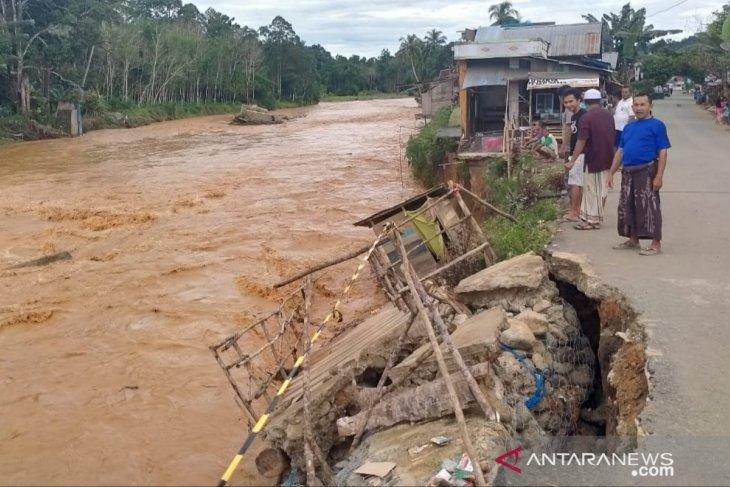 Beberapa jembatan darurat di Sungai Hantakan putus