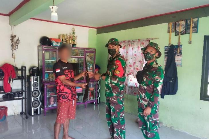 Satgas Pamtas 643/Wns terima sepucuk senjata api dari warga Siding