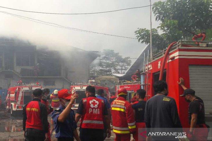 Belasan mobil damkar padamkan kebakaran PT KLU Temanggung