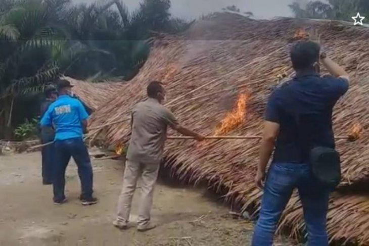 Warga dan BNN Langkat bakar lapak narkoba dan perjudian di Desa Perdamaian