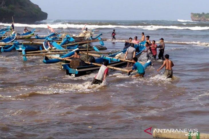 Diterjang gelombang tinggi, nelayan Baron Gunung Kidul selamatkan kapal