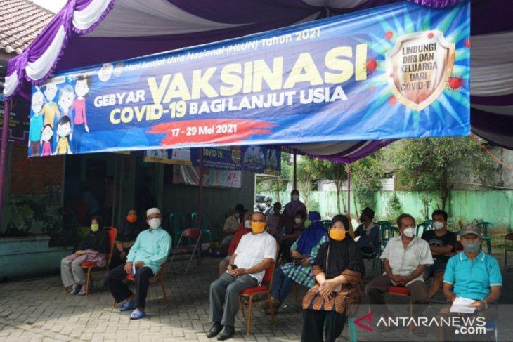Puluhan lansia di Tigaraksa Kabupaten Tangerang jalani vaksinasi COVID-19