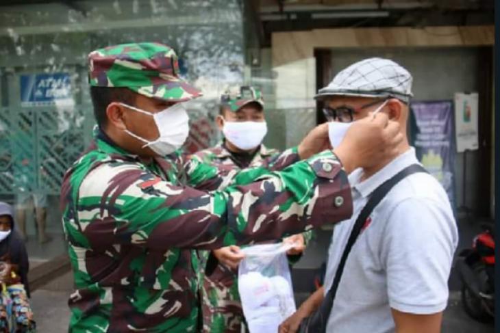 Kodam XII/Tpr bagikan masker gratis dan lacak warga terpapar COVID-19