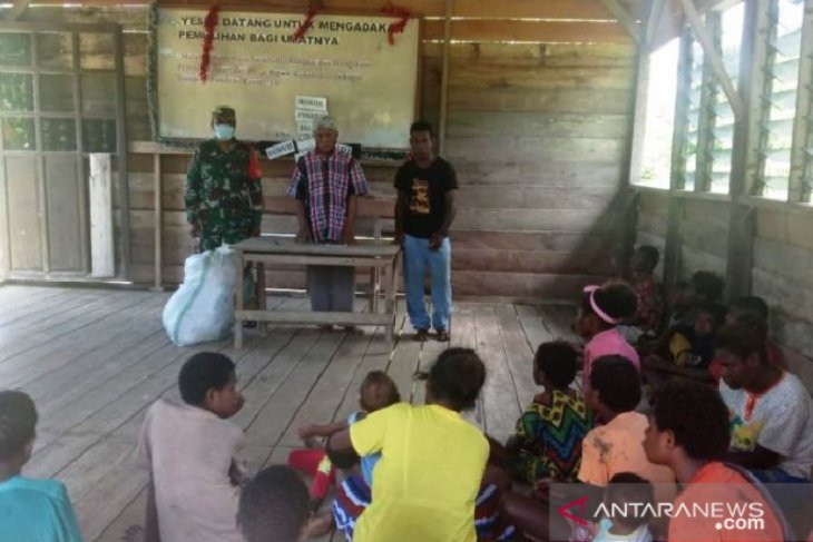 Prajurit TNI bagikan pakaian ke warga asli Papua di pedalaman