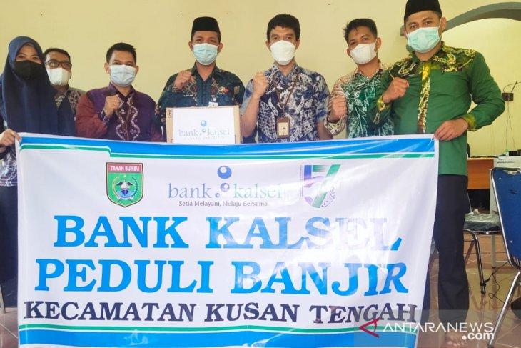 Bank Kalsel Batulicin serahkan bantuan korban banjir di Kusan Tengah