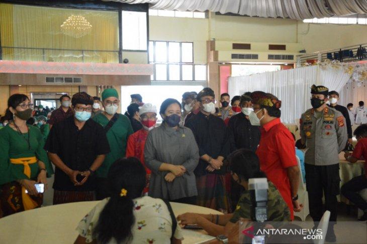 Puan Maharani tinjau vaksinasi COVID-19 massal di Denpasar