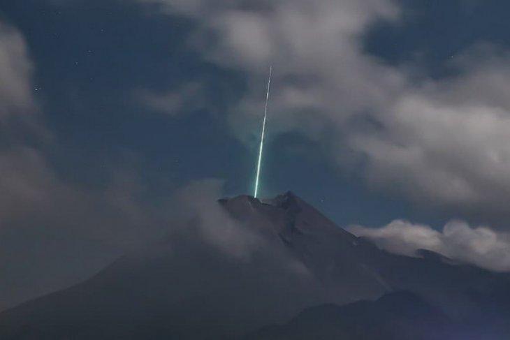Terkait ada foto kilatan ke puncak Gunung Merapi, BPPTKG pastikan tidak ada benda jatuh