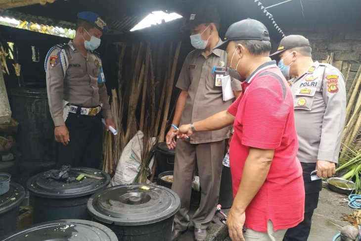 Tim terpadu Disperindag Bali berikan edukasi petani-pengepul arak Bali