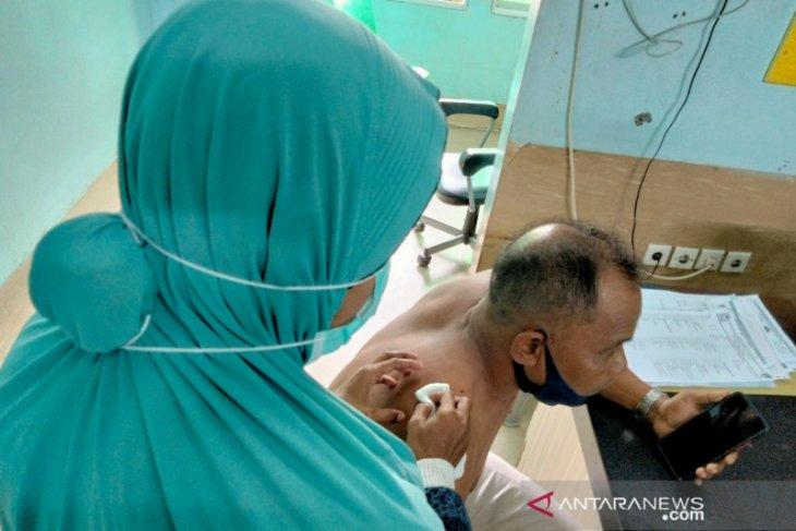 Pejabat Satpol PP Aceh Barat dibacok pria berpakaian perempuan