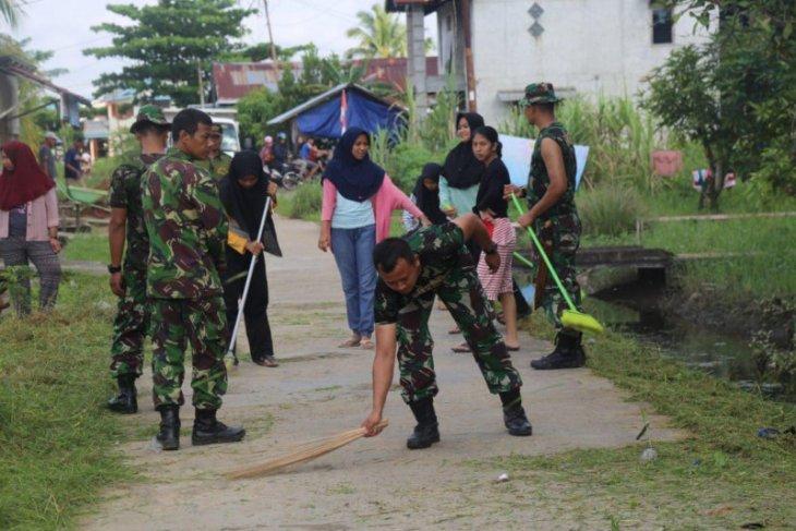 Karya bakti anggota Ajendam XII/Tpr bantu warga bersihkan  perkampungan