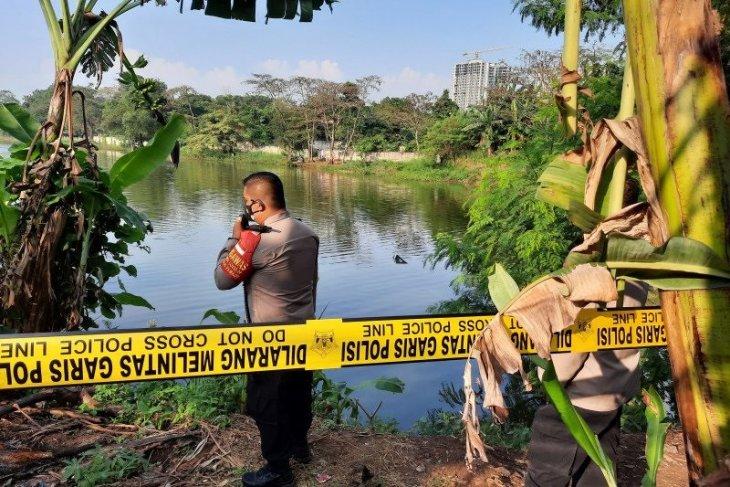 Sebuah helikopter jatuh ke Rawa Jemblung Cibubur, dua penumpangnya berenang ke tepi