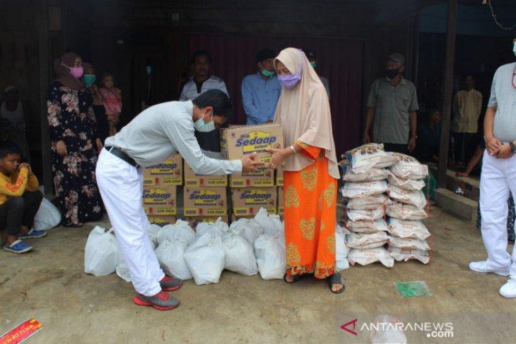 WKS serahkan bantuan sembako kepada korban kebakaran di Tanjabbar