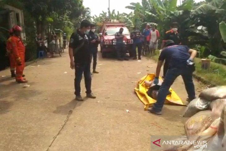 Petugas Damkar evakuasi jasad laki-laki tersangkut di Kali Pesanggrahan
