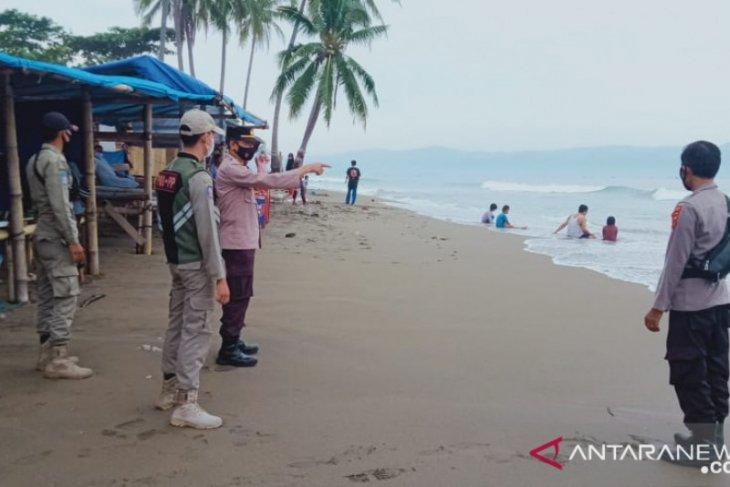 Antisipasi kerumunan, petugas gabungan sisir objek wisata laut Sukabumi