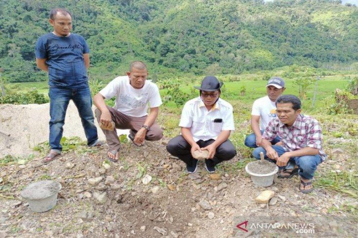 Rasyid Assaf Dongoran  lakukan peletakan batu pertama pembangunan rumah produksi Kopi Mandailing Jaya