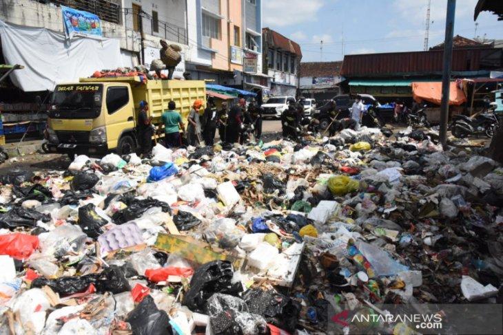 Dedi Mulyadi kerahkan 10 armada truk bersihkan sampah di kampung halamannya