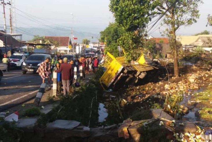 Empat orang tewas akibat truk tronton muatan air mineral hantam sejumlah sepeda motor