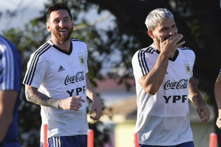 Aguero percaya Messi masih bersama Barcelona