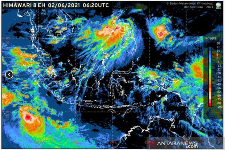 Sejumlah provinsi berpotensi hujan disertai kilat  dan angin kencang