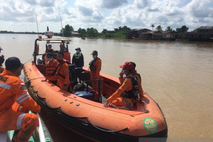 Tim Basarnas Jambi  cari korban hilang perahu pompong terbalik di sungai Pengabuan