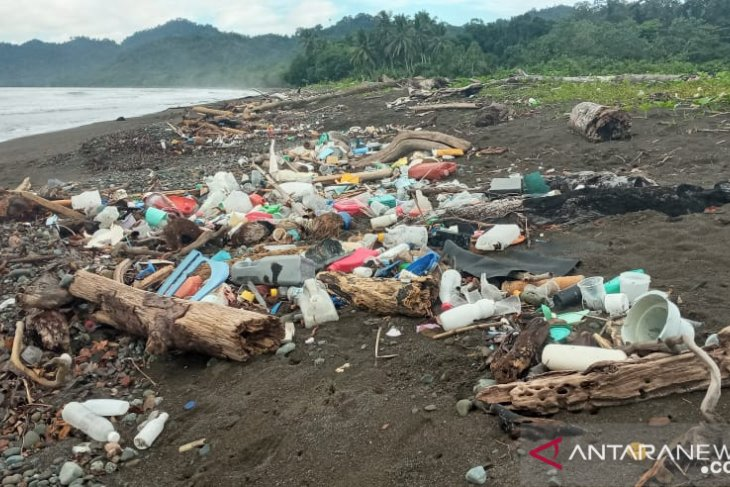 Masyarakat Yenbekaki Raja Ampat terganggu sampah dari kota Sorong