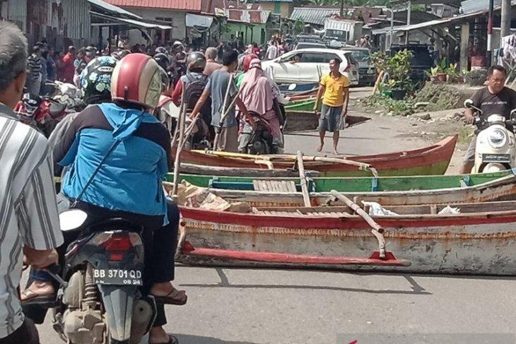 Nelayan blokir jalan dengan perahu di Gunungsitoli