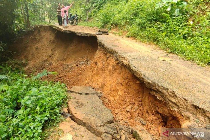 Lima rumah rata dengan tanah akibat longsor di Cianjur