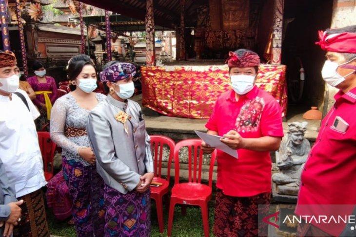 Pemkab Bangli berikan akta pernikahan saat pesta perkawinan