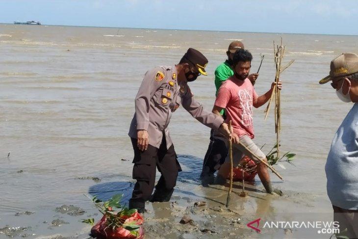 KPHP-Polres Bangka Barat tanam bibit mangrove di pesisir Mentok
