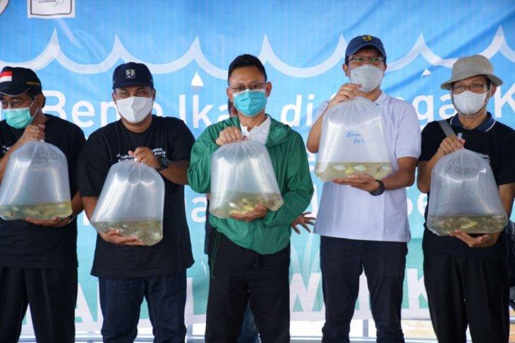 Wali Kota Pontianak tebar bibit ikan Jelawat di Sungai Kapuas