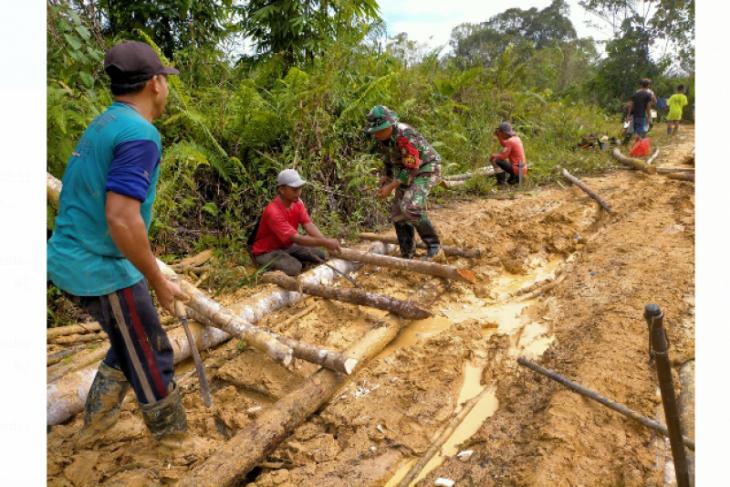 Satgas Yonif Mekanis 643/Wns bantu warga perbatasan RI-Malaysia perbaiki jalan