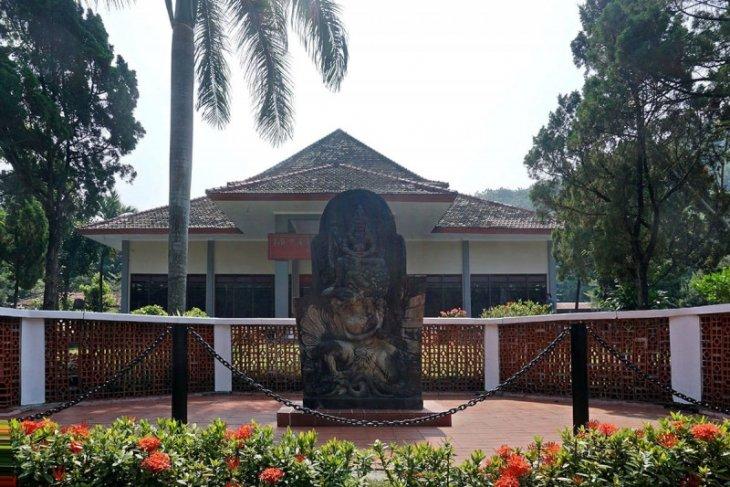 Relief kuno burung Garuda ada di Kediri