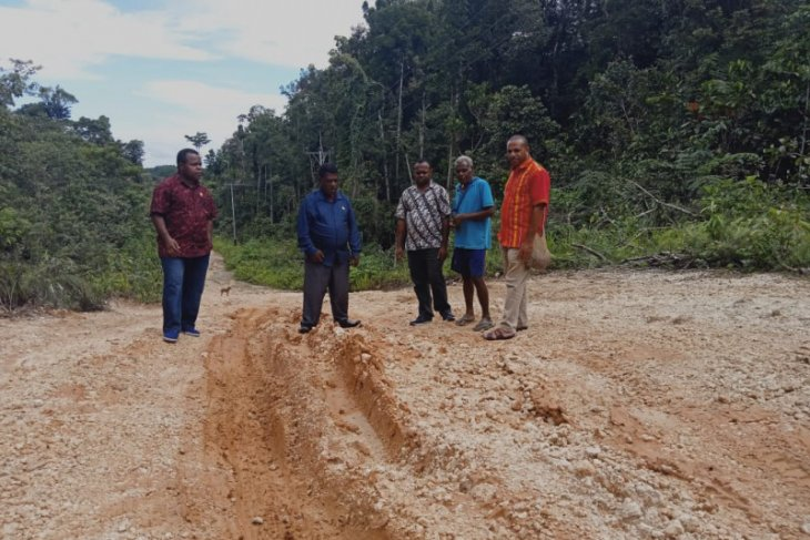 DPRD Maybrat tinjau jalan rusak Kampung Bori Aifat