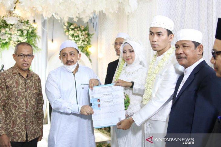 Wabup Banjar serahkan dokumen Pakulih Anam kepada pengantin